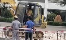 外卖员帮开挖掘机是怎么回事 网友评论亮了